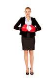 Femme d'affaires dans les gants de boxe rouges Image libre de droits