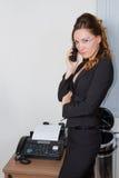 Femme d'affaires dans les glaces et le fax photos stock