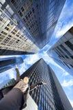 Femme d'affaires dans les gratte-ciel modernes de bureau de ville Photo stock