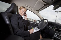 Femme d'affaires dans son véhicule Photos stock