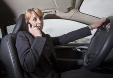 Femme d'affaires dans son véhicule photo stock