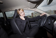 Femme d'affaires dans son véhicule photographie stock libre de droits