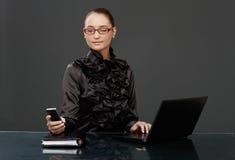 Femme d'affaires dans texting noir Photographie stock libre de droits