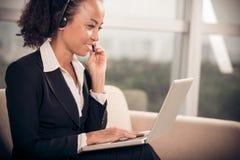 Femme d'affaires dans un écouteur Images stock