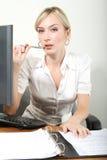 Femme d'affaires dans un bureau Images stock