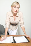 Femme d'affaires dans un bureau Photos stock
