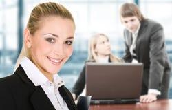 Femme d'affaires dans un environnement de bureau photo stock