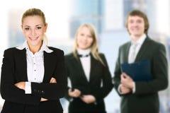 Femme d'affaires dans un environnement de bureau images stock