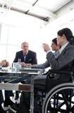 Femme d'affaires dans un fauteuil roulant au cours d'un contact Images libres de droits