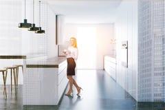 Femme d'affaires dans une cuisine moderne Image libre de droits