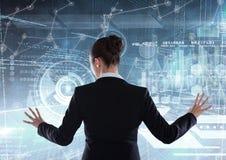 Femme d'affaires dans une interface futuriste de pièce illustration stock