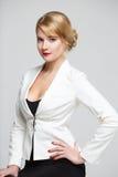 Femme d'affaires dans une séance élégante de costume Photographie stock libre de droits
