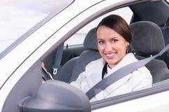 Femme d'affaires dans une voiture photos stock