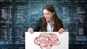 Femme d'affaires de Bauty se tenant dans le costume avec le logo de Bitcoin pour illustrer l'utilisation du bitcoin pour le comme image libre de droits