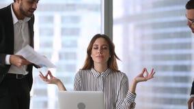 Femme d'affaires de calme faisant la pause méditant au travail ignorant les clients fâchés clips vidéos