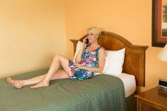 Femme d'affaires de déplacement dans l'hôtel Photographie stock
