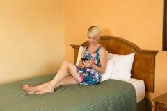 Femme d'affaires de déplacement dans l'hôtel Image libre de droits