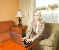 Femme d'affaires de déplacement dans l'hôtel Image stock