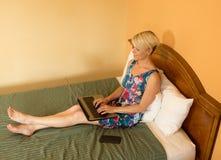 Femme d'affaires de déplacement dans l'hôtel Images stock
