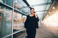 Femme d'affaires de déplacement faisant l'appel téléphonique Photographie stock libre de droits