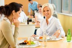 Femme d'affaires de déjeuner de cafétéria la jeune mangent de la salade Photographie stock
