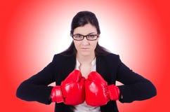 Femme d'affaires de femme avec des gants de boxe Photographie stock libre de droits