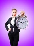 Femme d'affaires de femme avec l'horloge géante Images libres de droits