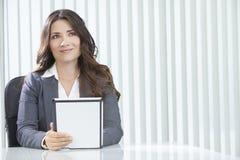 Femme d'affaires de femme sur l'ordinateur de tablette dans le bureau Image stock