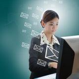 Femme d'affaires de l'Asie Yong tapant sur le clavier d'ordinateur portatif image stock
