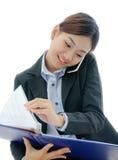 Femme d'affaires de l'Asie Yong travaillant au téléphone photos libres de droits