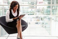 Femme d'affaires de métis à l'aide du comprimé numérique, intégral photographie stock libre de droits