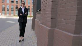 Femme d'affaires de marche Near Office Building clips vidéos