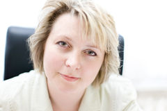 Femme d'affaires de milieu de la vie dans le bureau Images libres de droits
