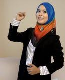 Femme d'affaires de Muslimah dans l'écharpe principale avec l'action de succès photographie stock
