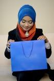 Femme d'affaires de Muslimah dans l'écharpe principale avec le sac à provisions photos stock