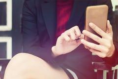 Femme d'affaires de photo de plan rapproché à l'aide du smartphone Photographie stock libre de droits