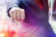 Femme d'affaires de photo de plan rapproché tenant le poing et augmentant dans le ciel Photo stock