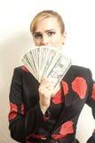 Femme d'affaires de portrait dans le costume avec des dollars photos libres de droits
