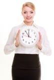 Femme d'affaires de portrait montrant l'horloge Heure pour la femme dans les affaires Images libres de droits