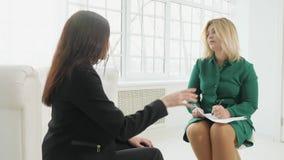 Femme d'affaires de renversement ayant la consultation avec le psychologue féminin clips vidéos