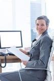 Femme d'affaires de sourire à l'aide de l'ordinateur Photos stock