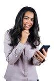 Femme d'affaires de sourire à l'aide de son smartphone Photographie stock libre de droits