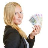 Femme d'affaires de sourire avec l'euro fan d'argent Photographie stock libre de droits