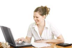 Femme d'affaires de sourire avec l'ordinateur Photos stock