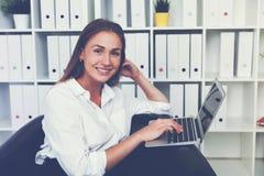Femme d'affaires de sourire avec l'ordinateur portable, modifié la tonalité photos libres de droits