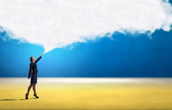 Femme d'affaires de sourire avec le nuage image stock