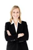 Femme d'affaires de sourire avec les bras pliés Photo stock