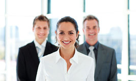 Femme d'affaires de sourire avec son équipe Photo stock
