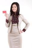 Femme d'affaires de sourire avec un insigne vide d'affaires d'isolement sur le wh Photos stock