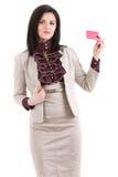 Femme d'affaires de sourire avec un insigne vide d'affaires d'isolement sur le wh Image stock